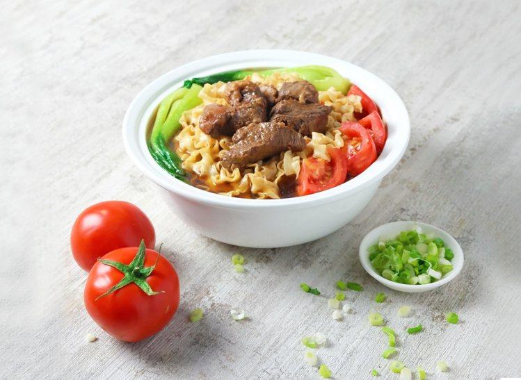 「蕃茄紅燒牛肉麵」採用澳洲和牛胸腹肉,特選牛蕃茄、紅白蘿蔔及等香料精燉熬湯頭。圖...