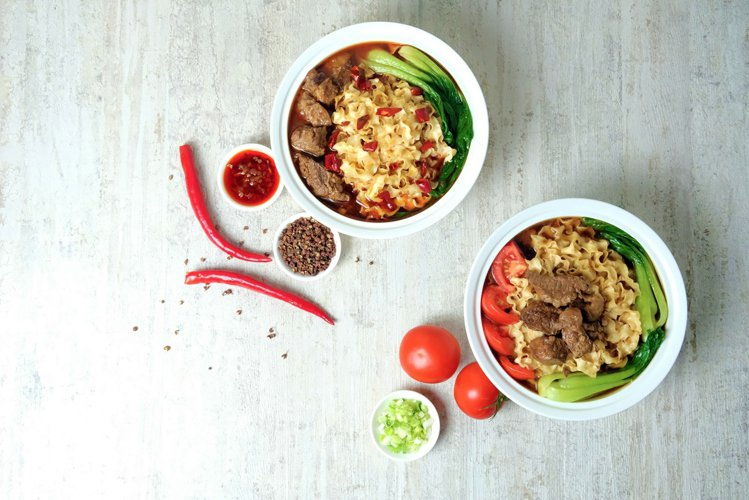 六福推和牛牛肉麵系列,包括「剁椒麻辣」、「蕃茄紅燒」兩種選擇。圖/六福旅遊集團提...