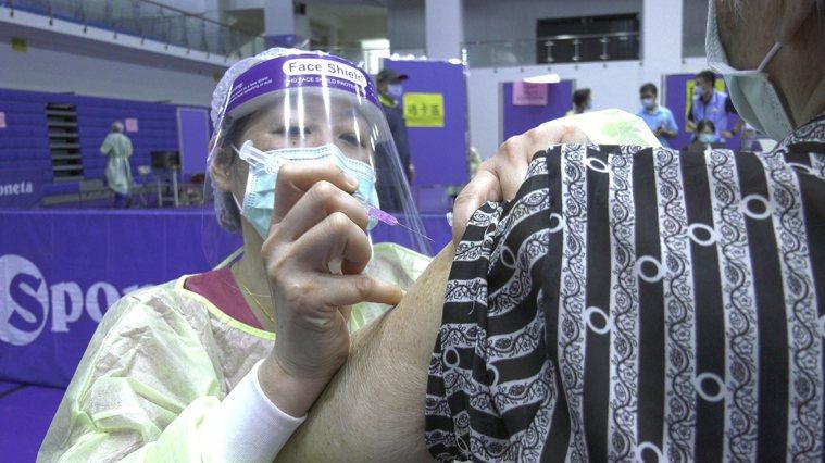 長者疫苗施打示意圖。圖/新北市新聞局提供