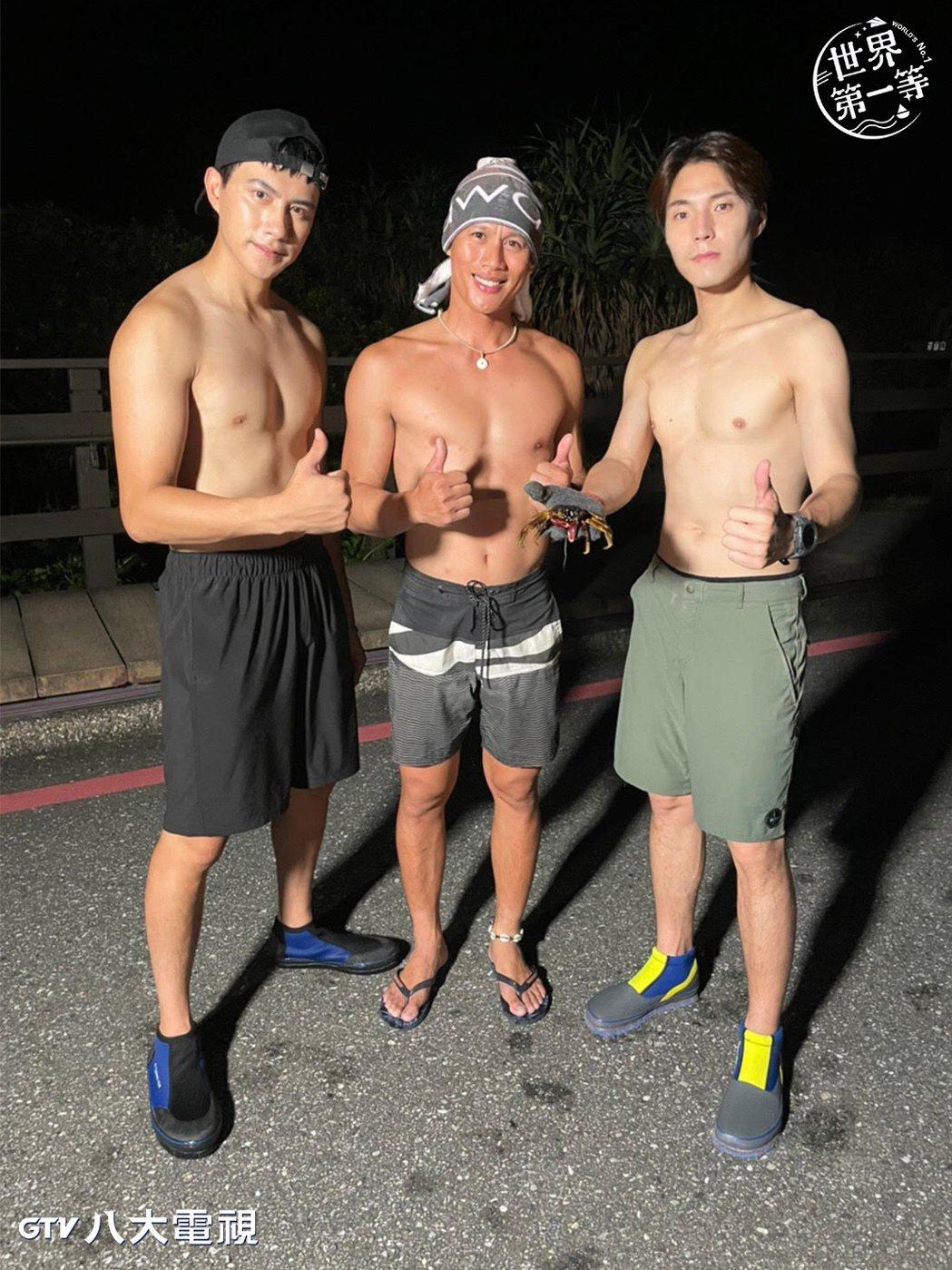 唐振剛(右)、潘君侖(左)為補螃蟹秀出精壯身材。圖/八大提供