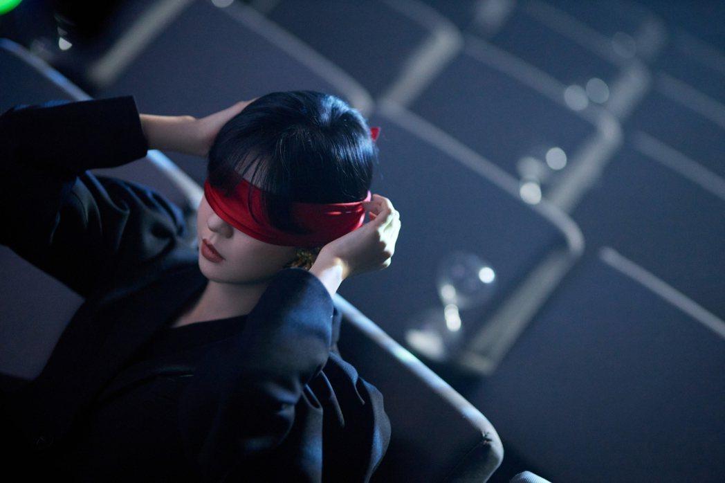 郁可唯眼綁紅布,更添詭譎氣氛。圖/華研國際提供
