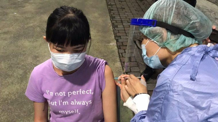 宜蘭縣今天有4名幸運兒接受疫苗殘劑施打。圖/宜蘭縣政府提供