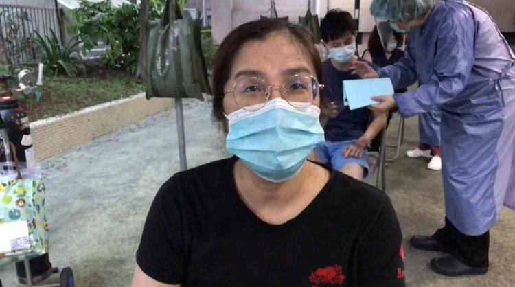 宜蘭縣第一位接受疫苗殘劑施打的林小姐。圖/記者林佳彣翻攝