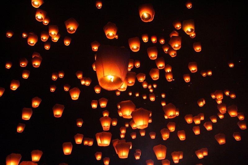平溪天燈節為全台盛事,獨特天燈文化吸引許多國外旅客一探究竟,2021年活動受疫情影響二度延期,後續視情況滾動式調整。圖/CC BY David Hsu授權