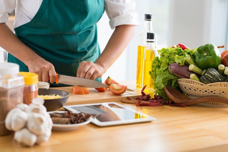 飲食秉持「三多一少」的原則,就能顧好免疫力。圖/shutterstock