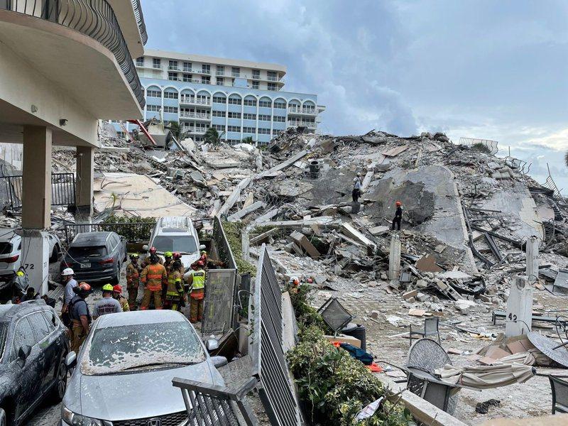 佛羅里達州瑟夫賽德(Surfside)邁阿密海濱公寓24日凌晨一時半倒塌迄今,至少159 人下落不明,4人確認死亡。圖/佛羅里達州邁阿密戴德縣消防局提供 、