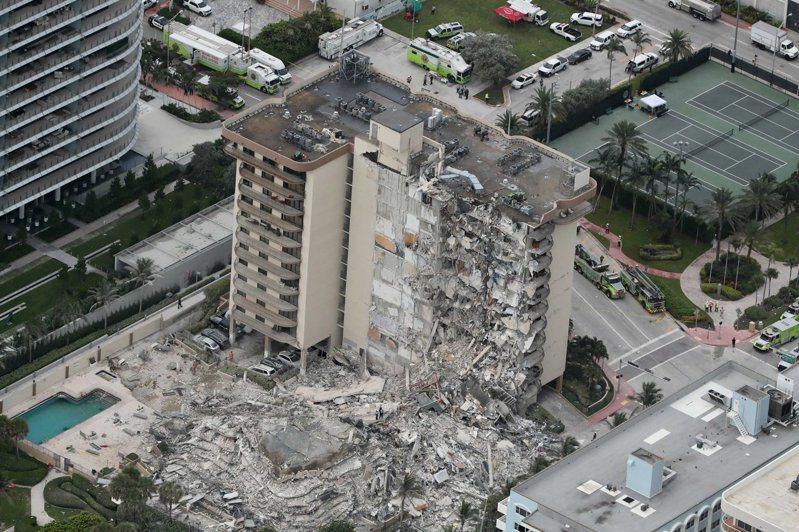 美國佛羅里達州邁阿密郊區一棟40年公寓大樓昨天凌晨突然崩塌,佛州州長迪尚特今天要求及時找出事故原因。 美聯社