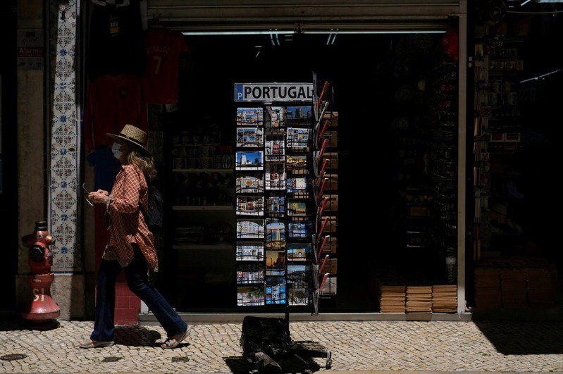 根據葡萄牙里卡多.喬治國家衛生研究所(INSA)的報告,里斯本地區2019冠狀病毒疾病(COVID-19)病例中,70%以上是Delta變異株造成,且正快速蔓延到葡萄牙其他地區。 路透社