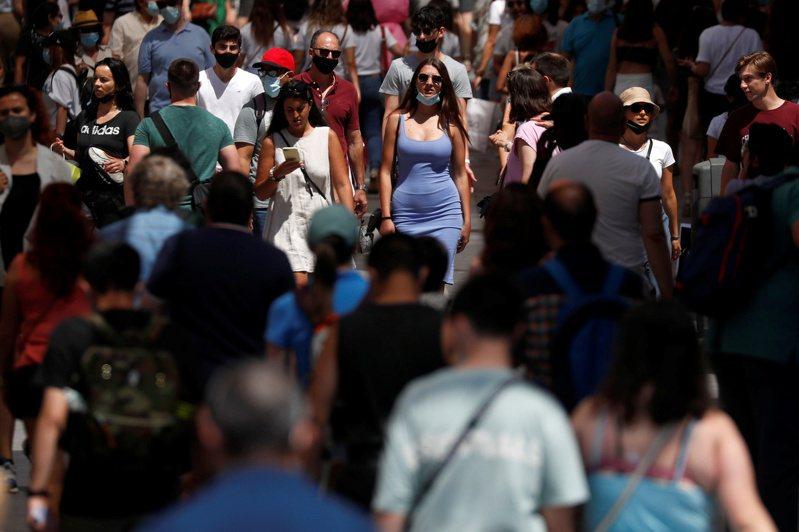 西班牙民眾今天已可不戴口罩在公園散步或前往海灘,為一年多來首次,但也有人保持謹慎,不急著摘下口罩。 路透社