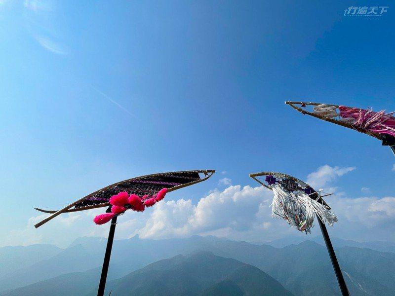 「部落的水精靈」由部落衣料編織出逆流而上的魚群。
