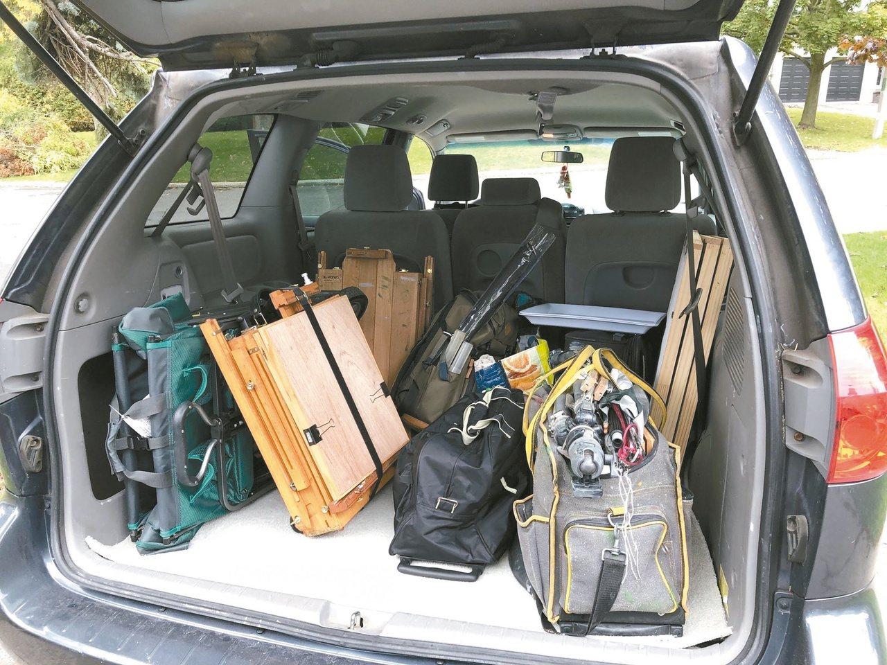 租來的車子擺滿了畫具,每天寫生畫畫,樂此不疲。圖/江育誠提供