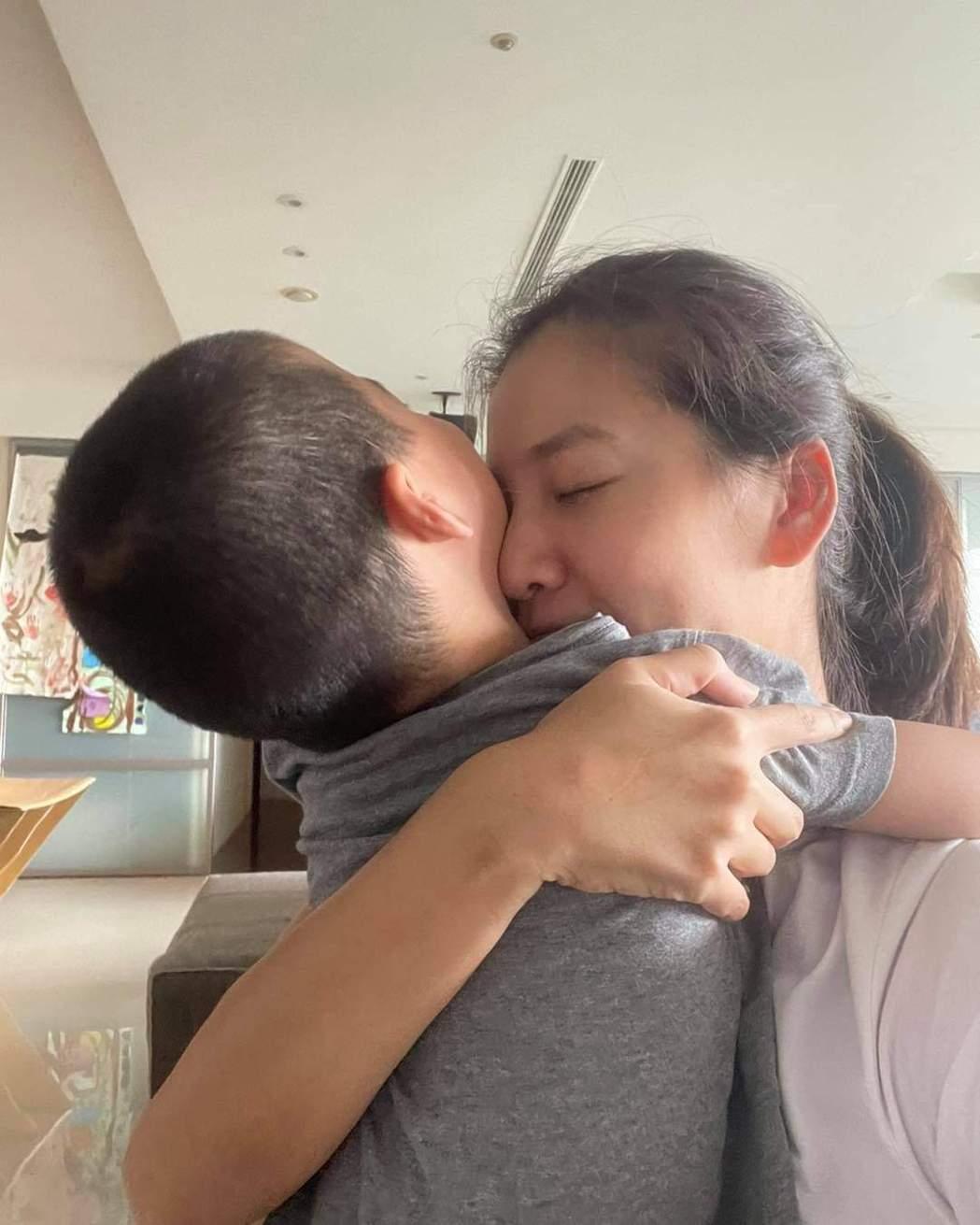 李培禎相隔17天終於可以緊抱兒子。圖/摘自臉書