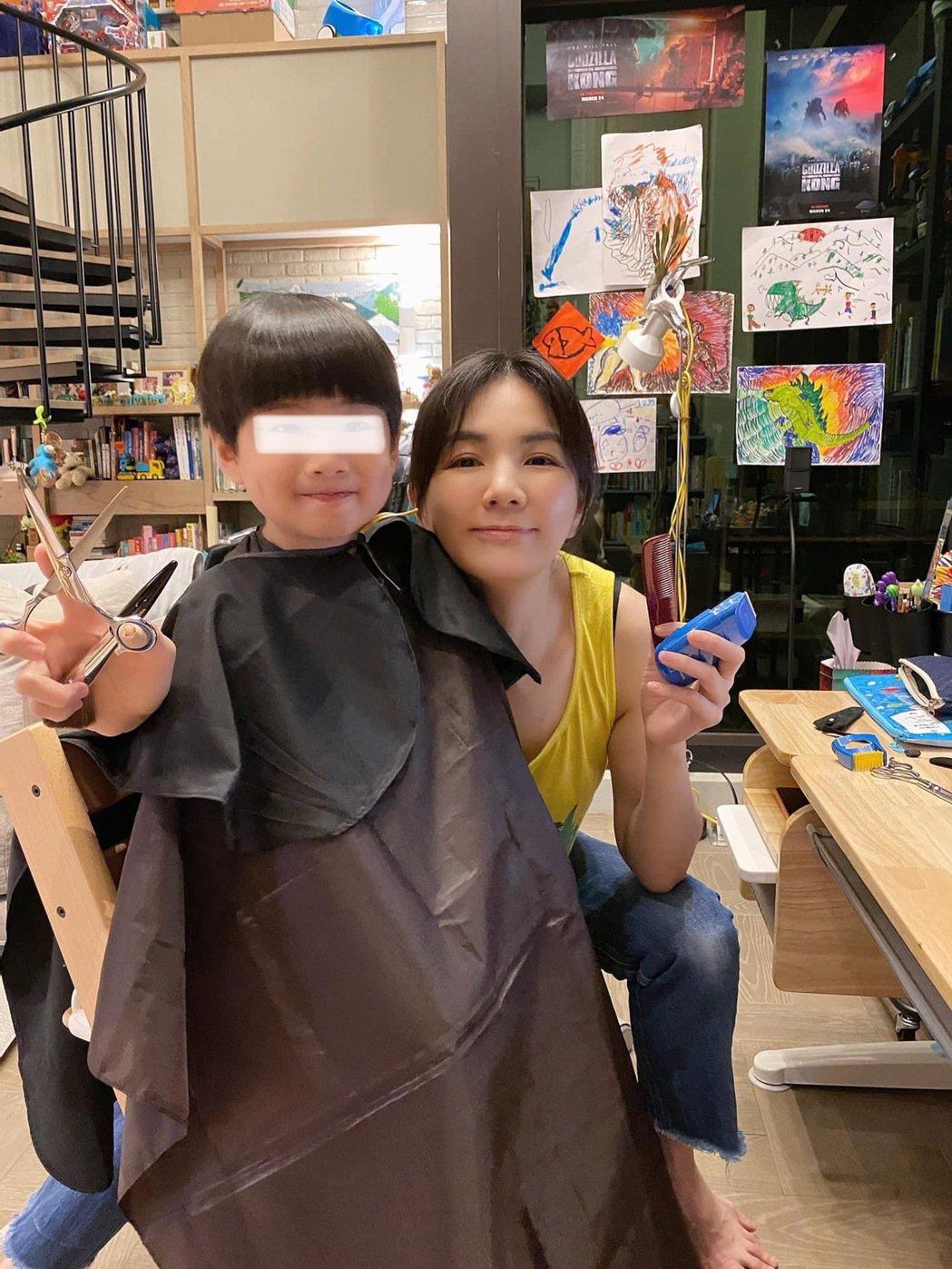 Ella(右)幫兒子勁寶剪髮,成果滿意到網友預約喊+1。圖/摘自IG