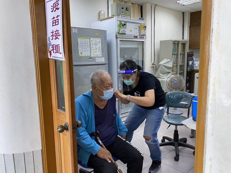 澎湖縣長賴峰偉今表示,只要經醫生評估狀況許可,建議民眾施打,優先選擇AZ才不用排隊等疫苗。記者邱奕能/翻攝