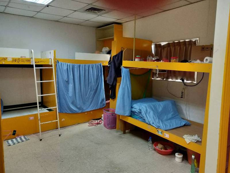 六輕移工宿舍提供2到4人房間,床與耒之間還裝有床簾,多一層防護。記者蔡維斌/翻攝