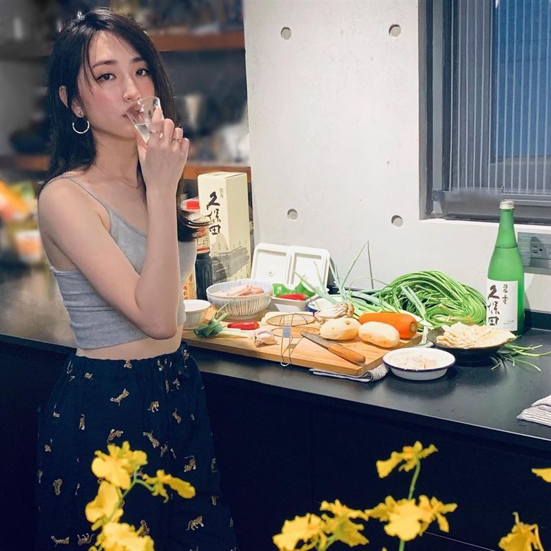 柯佳嬿穿了小背心做菜引發網友暴動。圖/摘自IG