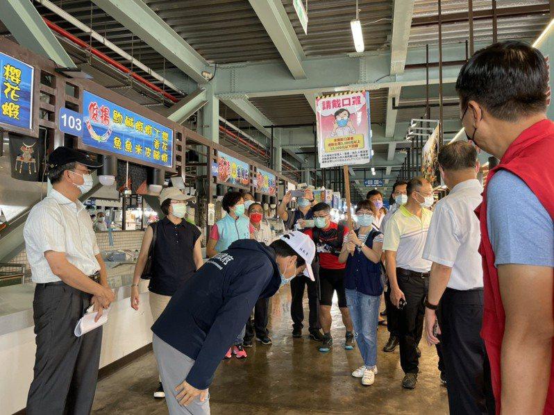 高雄市副市長林欽榮(中)今天上午更會同多個市府單位,前往蚵仔寮漁貨直銷中心視察。圖/海洋局提供
