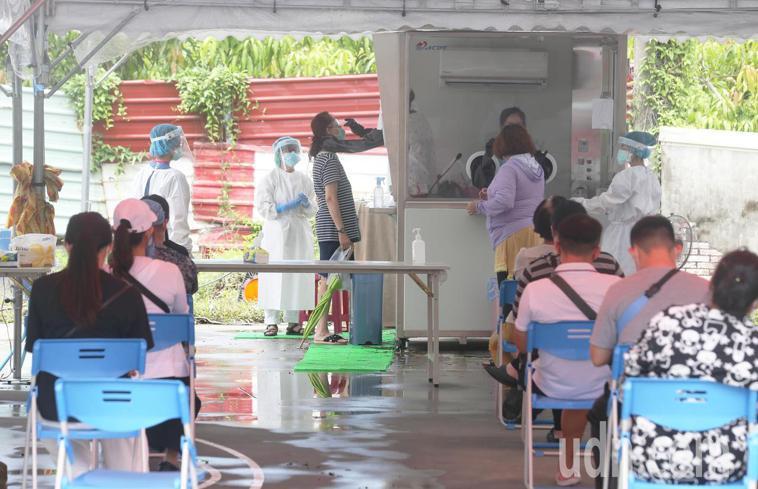 中央流行疫情指揮中心證實,連同秘魯境外移入的台中市嬤孫在內的12名確診者中,有6...