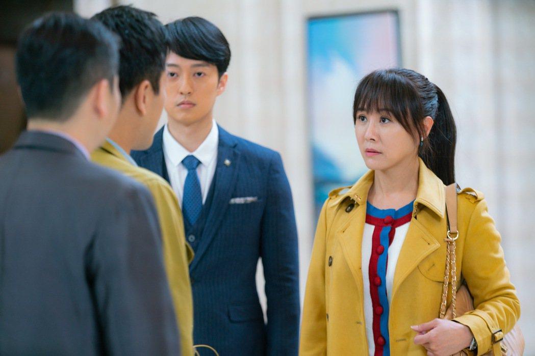 陳妍安(右)跟于浩威演出上司跟秘書的關係。圖/民視提供