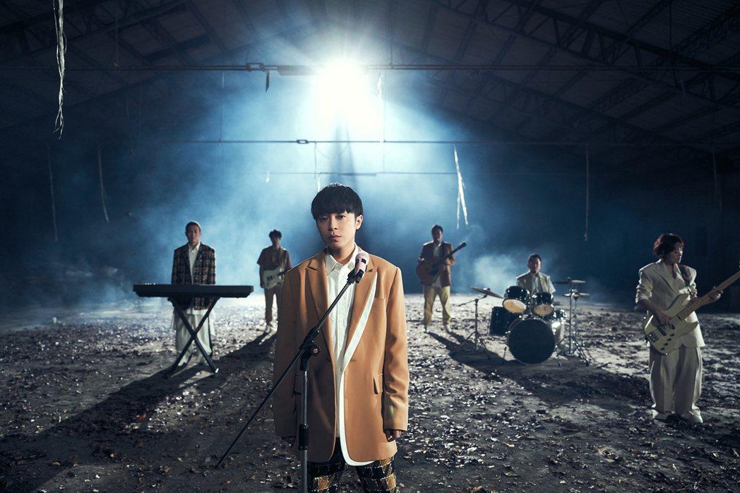 魚丁糸廢墟拍攝新歌「終點起點」MV,象徵樂團殘破不堪的某種狀態。圖/環球音樂提供