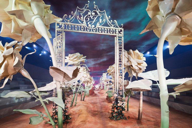 大秀場景共有27個雕塑藝術,包括4座巨型仙人掌、12個蘑菇及11朵玫瑰,最高的仙...