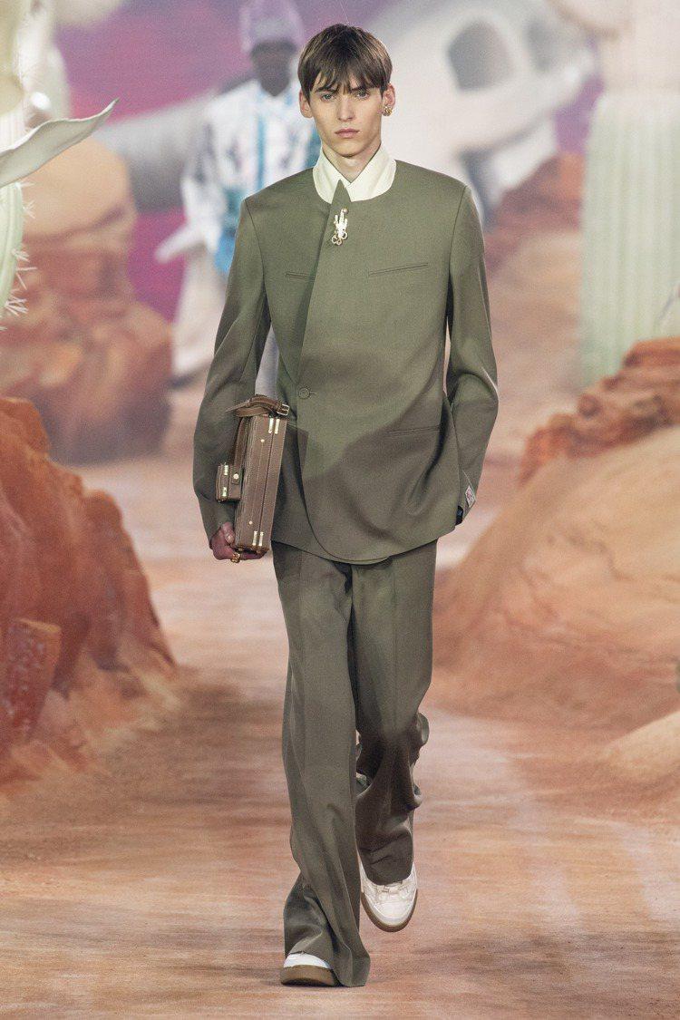 襯托喇叭褲的流線線條、合身大衣剪裁,勾勒1956年由迪奧先生設計的修長箭形輪廓。...