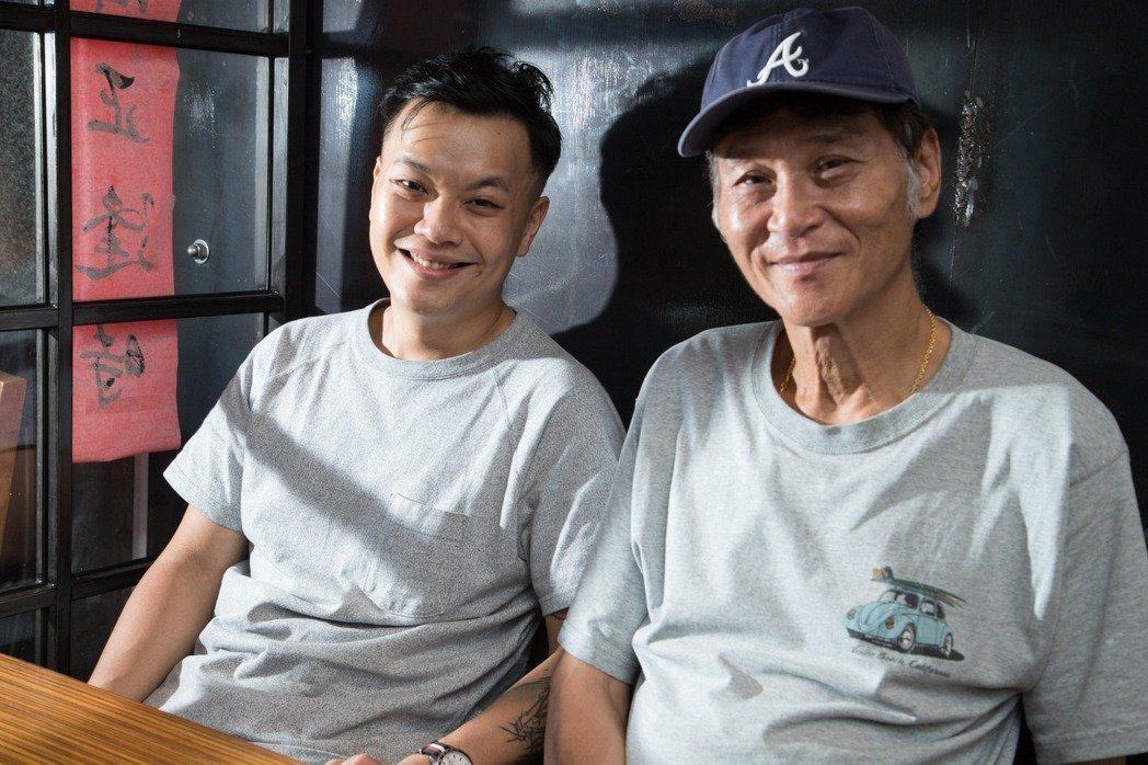 喜翔(右)去年曾與「蚵豐村」導演林龍吟一起在自己開的咖啡店受訪,如今受疫情影響已...