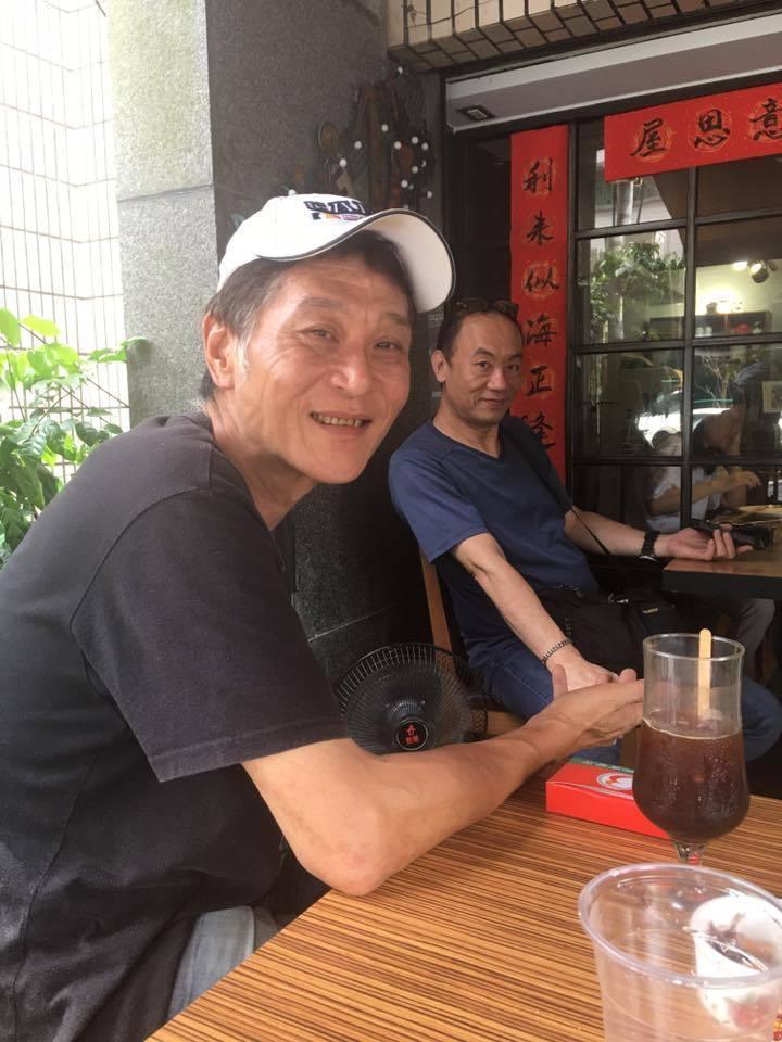 喜翔常在「意思屋」與好友相聚,右為演員王自強。圖/摘自臉書