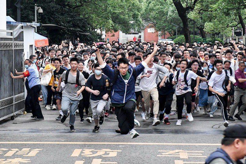 長沙市一中考點的考生高高躍起慶祝考試結束。中新社