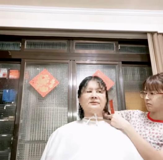 曾沛慈(右)為家中兩老剪髮,自豪五星評價。圖/摘自IG