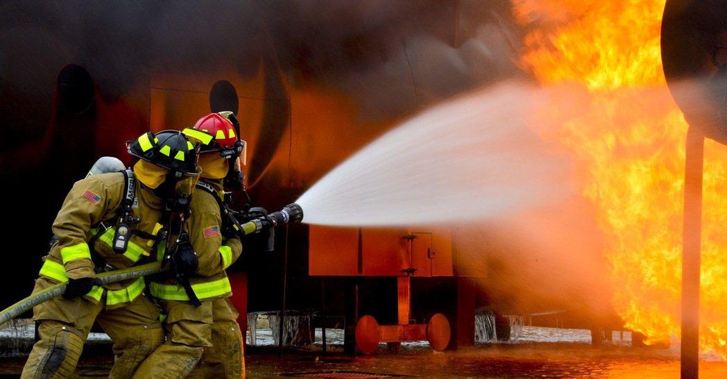 電動車失火事故考驗現代消防員的知識及能力。 摘自pexels