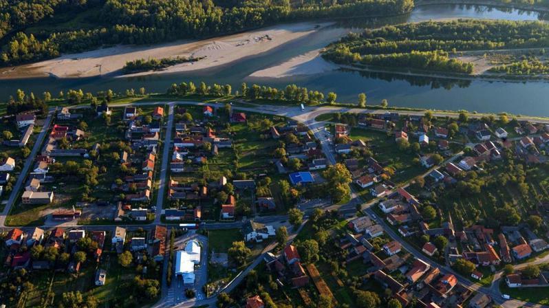 位於巴爾幹半島的克羅埃西亞,其中一個小鎮為了挽回流失的人口,當地政府就把廢置的房屋,以每1庫納的價格出售,折合台幣不到5元。圖擷自Islander News