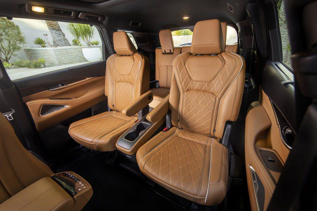二排和第三排乘客也獲得了專門設計的、符合人體工程學的座椅。 摘自Infiniti