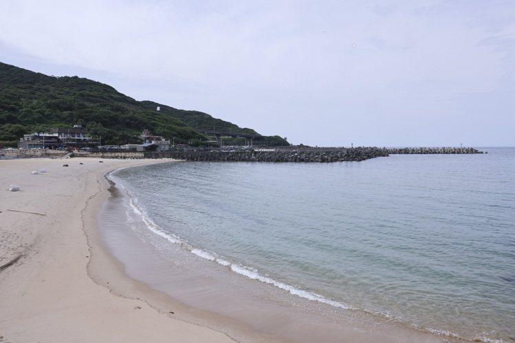 在地人的夏季玩水聖地「外木山大武崙沙灘」三級期間關閉,沙灘一片整潔、海水清澈。記...