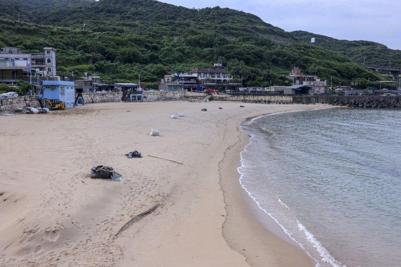 在地人的夏季玩水聖地「外木山大武崙沙灘」三級期間關閉,沙灘一片整潔、海水清澈。記者王聰賢/攝影