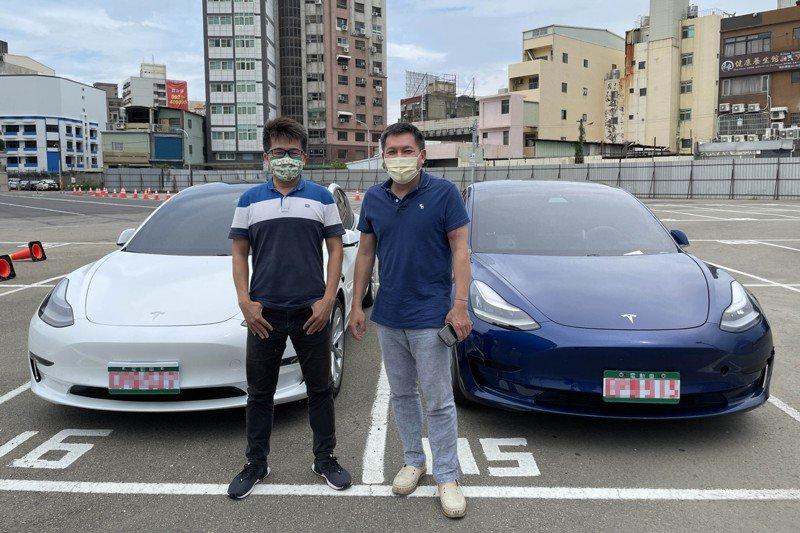 多元化計程車司機吳仁豪(右)去年先購入特斯拉,李泊錞(左)也在6月牽新車,加入多元化特斯拉行列。記者張裕珍/攝影