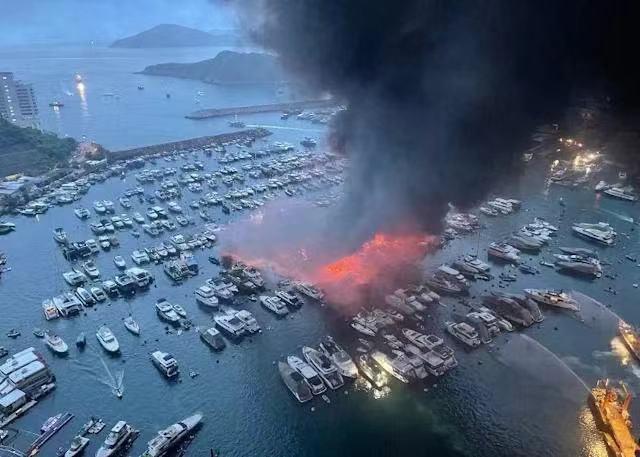 香港仔避風塘遊艇起火,波及逾30艘船疏散35人。環球網