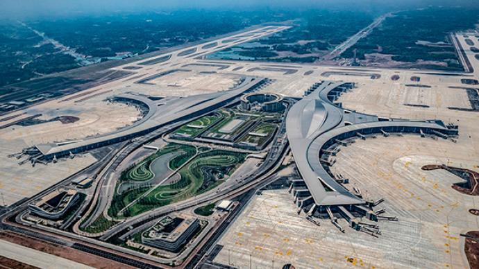 成都天府機場今天投運,一期年吞吐量6000萬人次。澎湃新聞