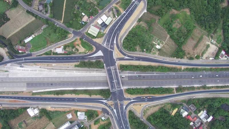 國道3號高原交流道,透過鑽石形交流道的匝道,銜接高原路、龍源路等平面道路,可提高前往小人國、石門水庫、渴望園區、龍潭市區的便利性。圖/桃園市交通局提供