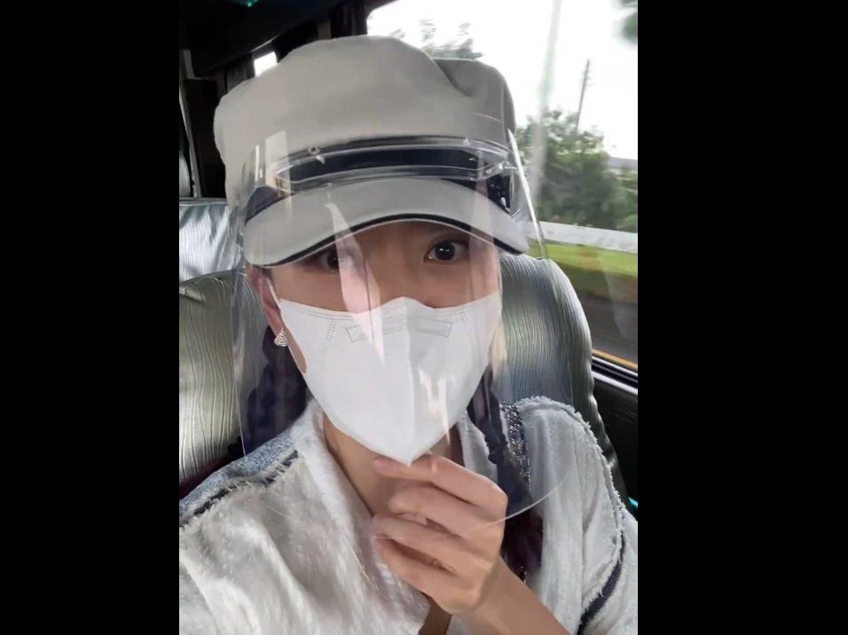 賈永婕在車上不忘報告支援屏東的進度。圖/摘自臉書