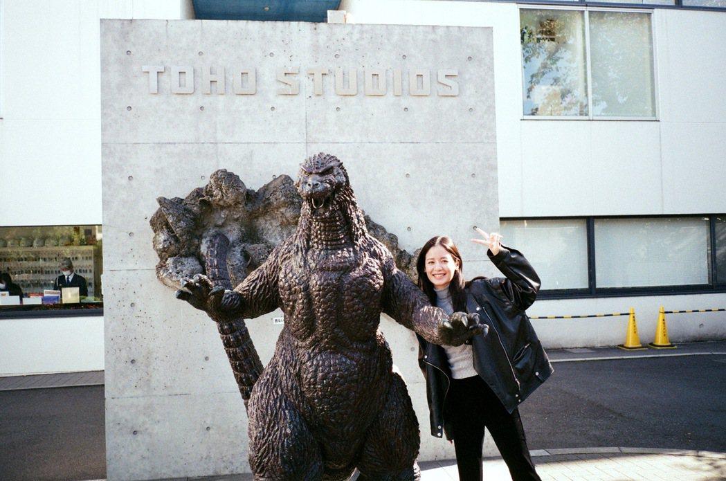 袁子芸在電影開拍前到東京的東寶攝影所(TOHO STUDIOS)排練,看到門口的