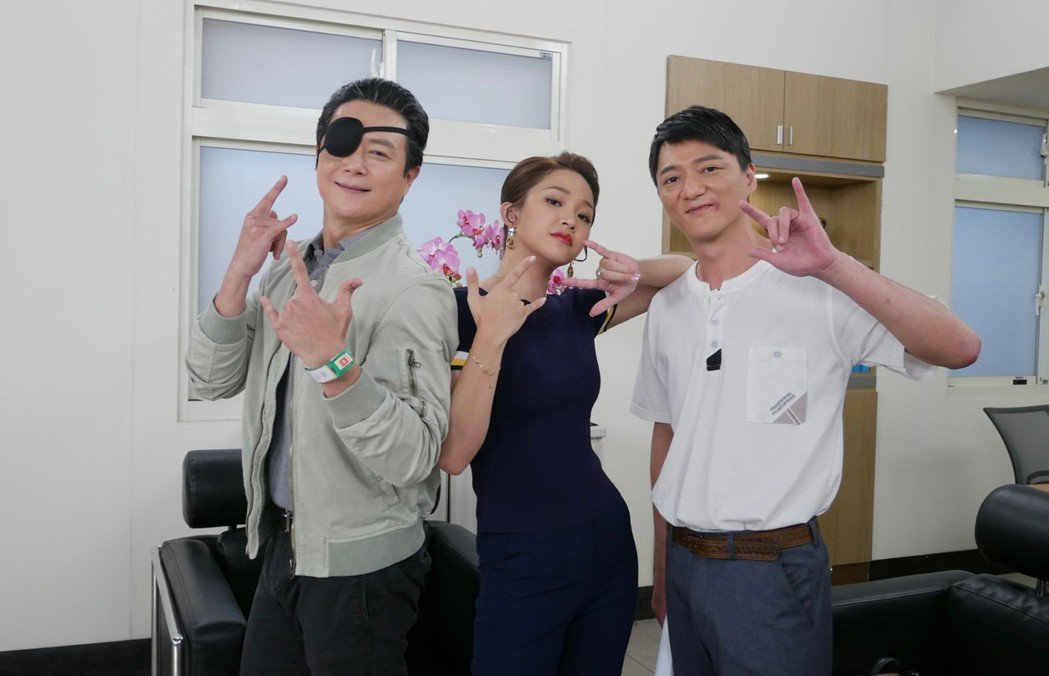 王燦(左起)爆料,只要劇組有賴慧如、藍葦華在,笑料不斷。圖/民視提供