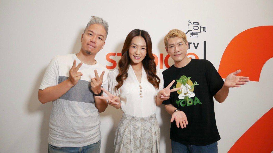 李又汝(中)接受「娛樂超skr」節目訪問。圖/民視提供