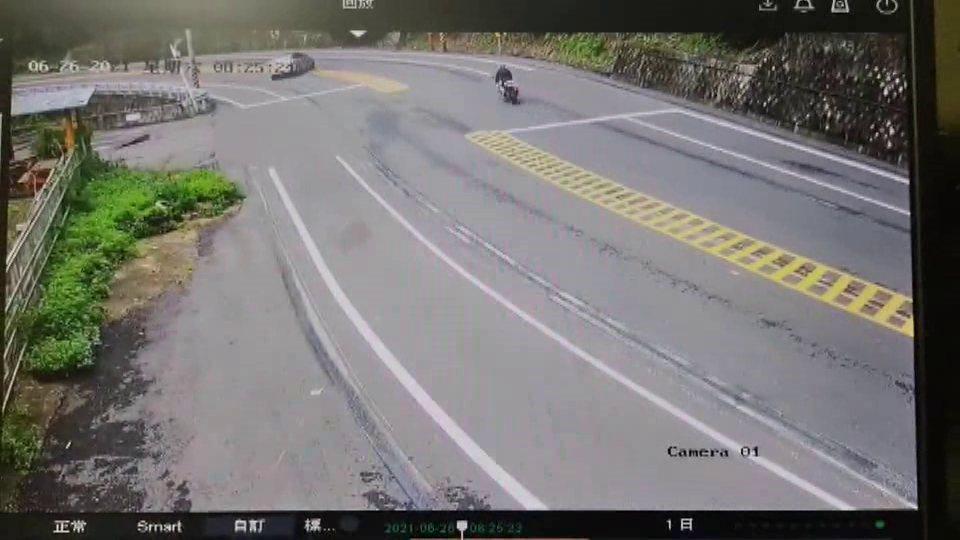 一輛轎車昨天在台3線苗栗縣三灣鄉路段,疑似蛇行甩尾危險駕駛,警方今天調閱監視器追...