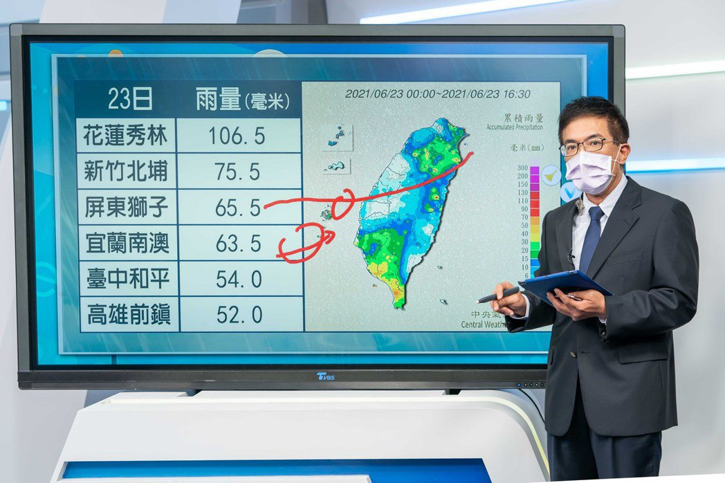 氣象專家謝明昌於棚內播報。圖/TVBS提供