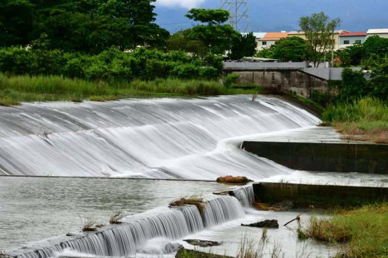 嘉義縣民曾添壽昨天下午拍攝八掌溪攔沙壩瀑布景觀,鳥類盤旋其中,為溪流增添不少色彩。圖/曾添壽提供