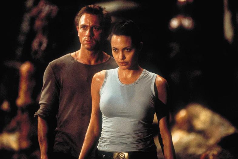 丹尼爾克雷格(左)20年前還是陪襯安琪莉娜裘莉的男性花瓶。圖/摘自imdb