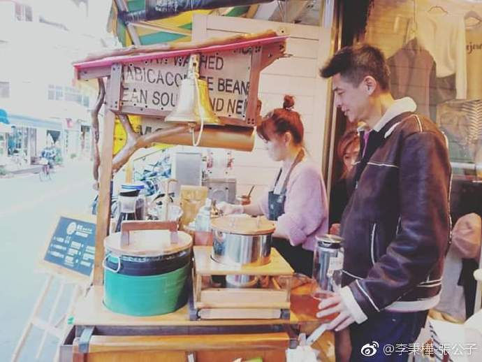 李秉樺投資失利後,轉行做咖啡餐車。圖/摘自微博