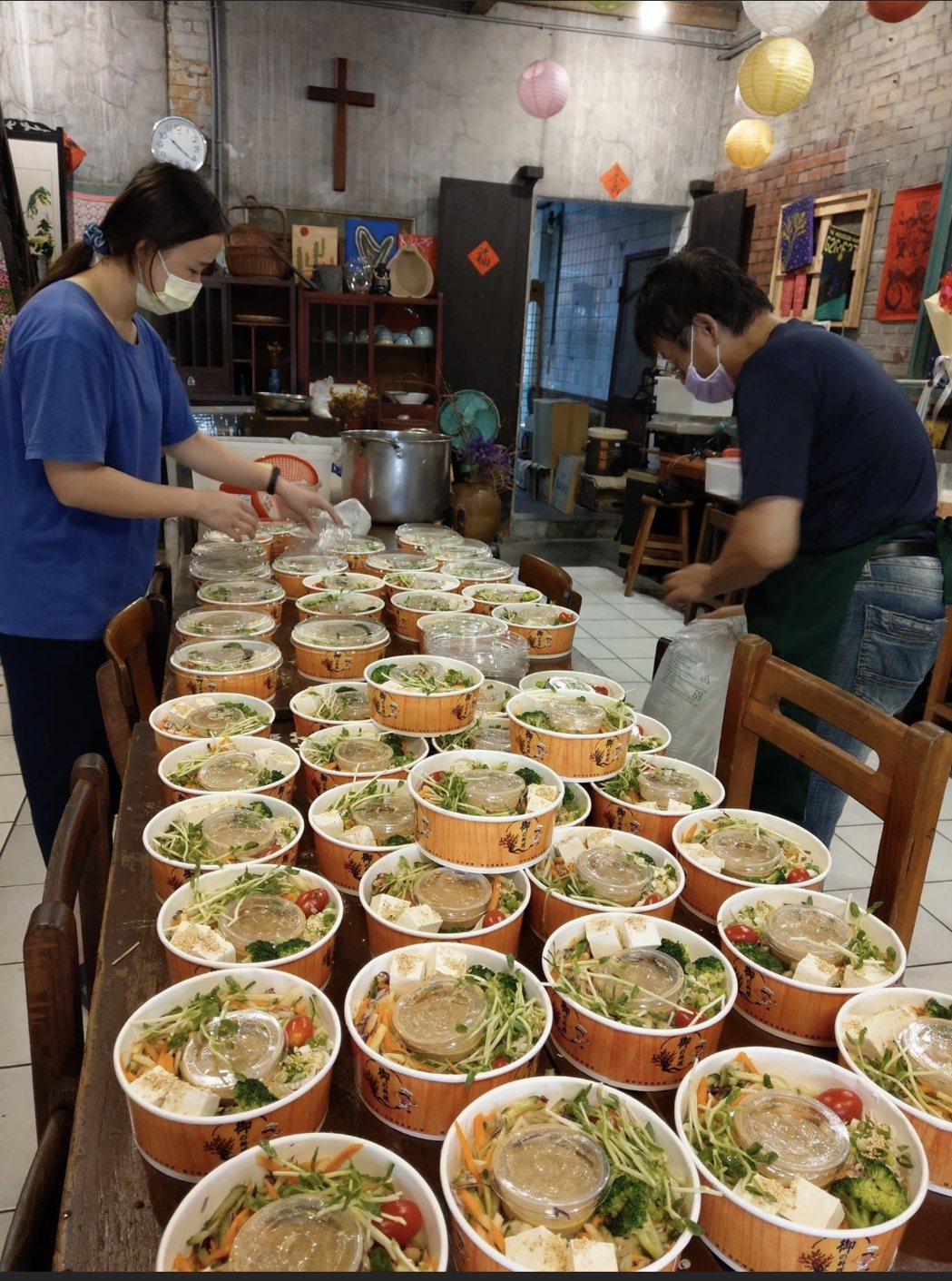 田中鎮名店女人香臭豆腐上周三發起送餐為醫護人員打氣,還獲得其他店家一起支持。圖/...