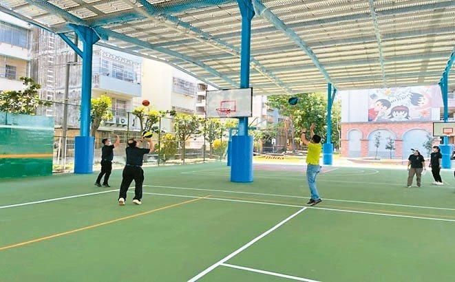 高雄市立五福國中風雨球場,設置容量275.37KW。迅捷光電/提供